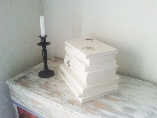 Alte_Bücher_neu_gestaltet_und_restauriert_Upcycling_Hand-im-Glück