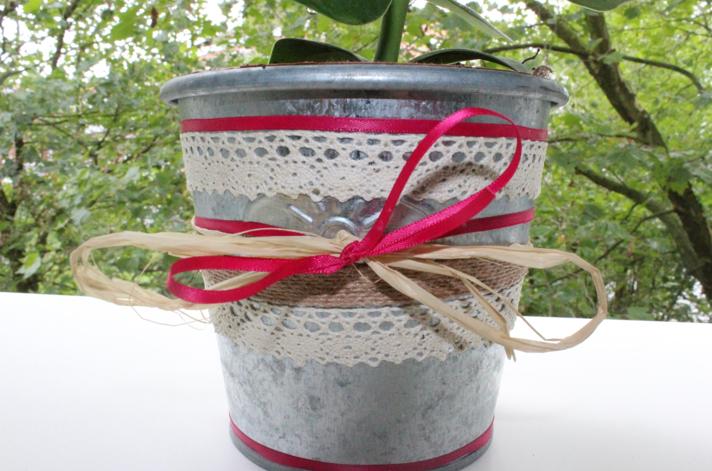 Blumentopf gestalten mit Spitze und Decopatch