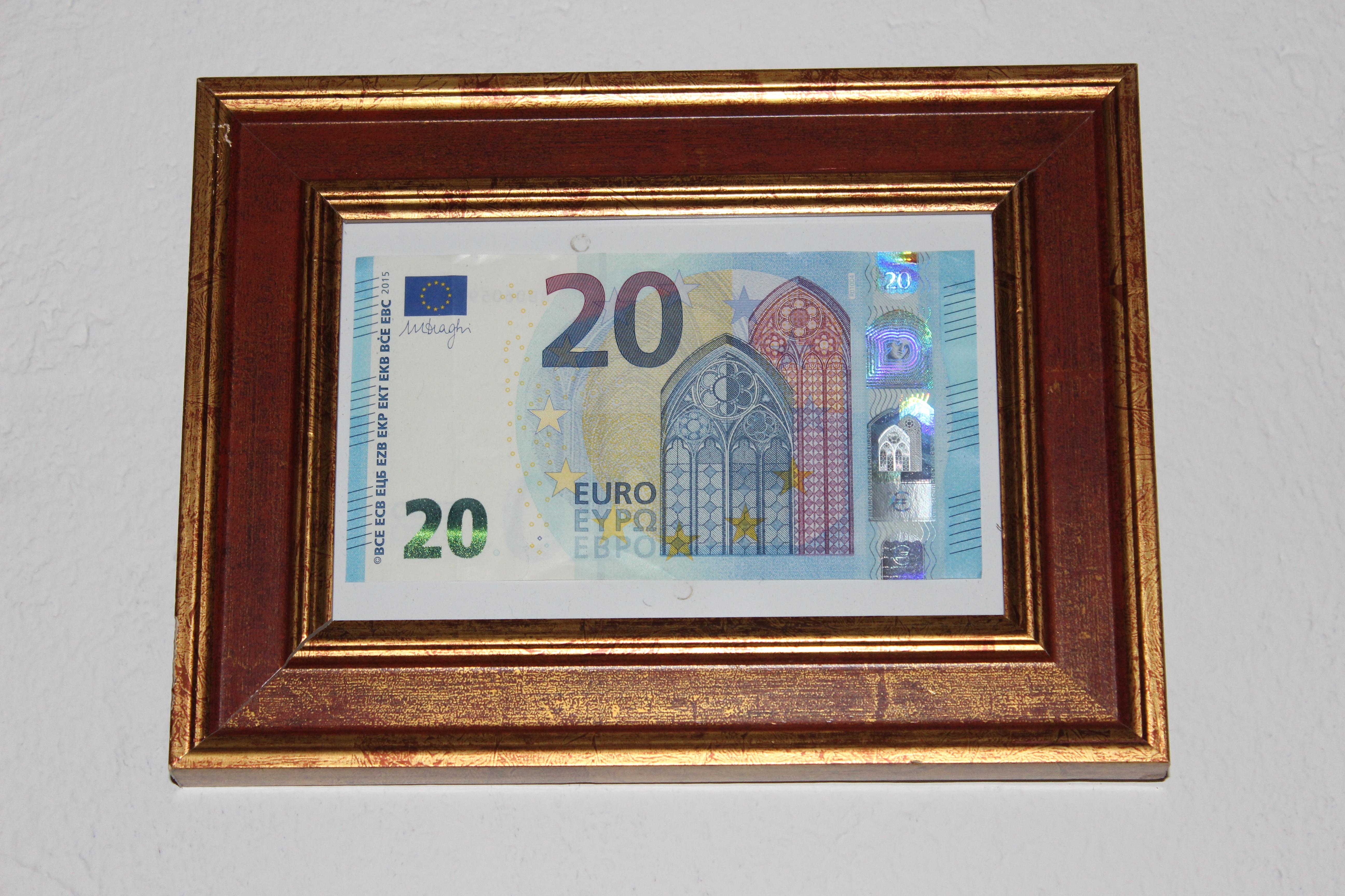 Geld im Bilderrahmen verschachtelt in 5 Kartons