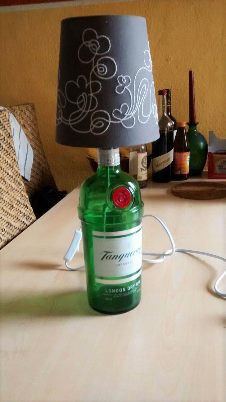 Lampe_aus_Schnapsflasche_Upcycling_Hand-im-Glück