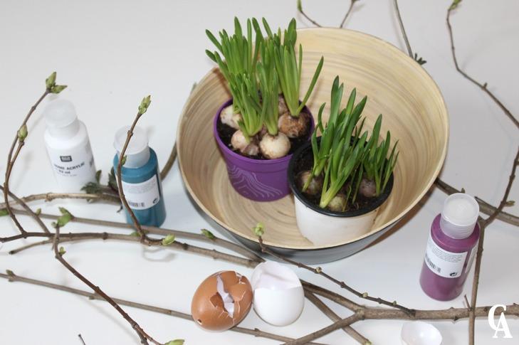 Ostergesteck_Pflanzen_in_Ostereier_gepflanzt_und_mit-Streuchern_dekoriert_Farbe_auftragen_Hand-im-Glück