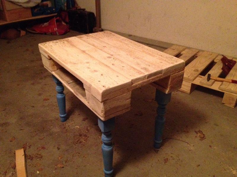 kleiner Tisch aus Europaletten mit blauen Barockbeinen_Hand-im-glueck.de