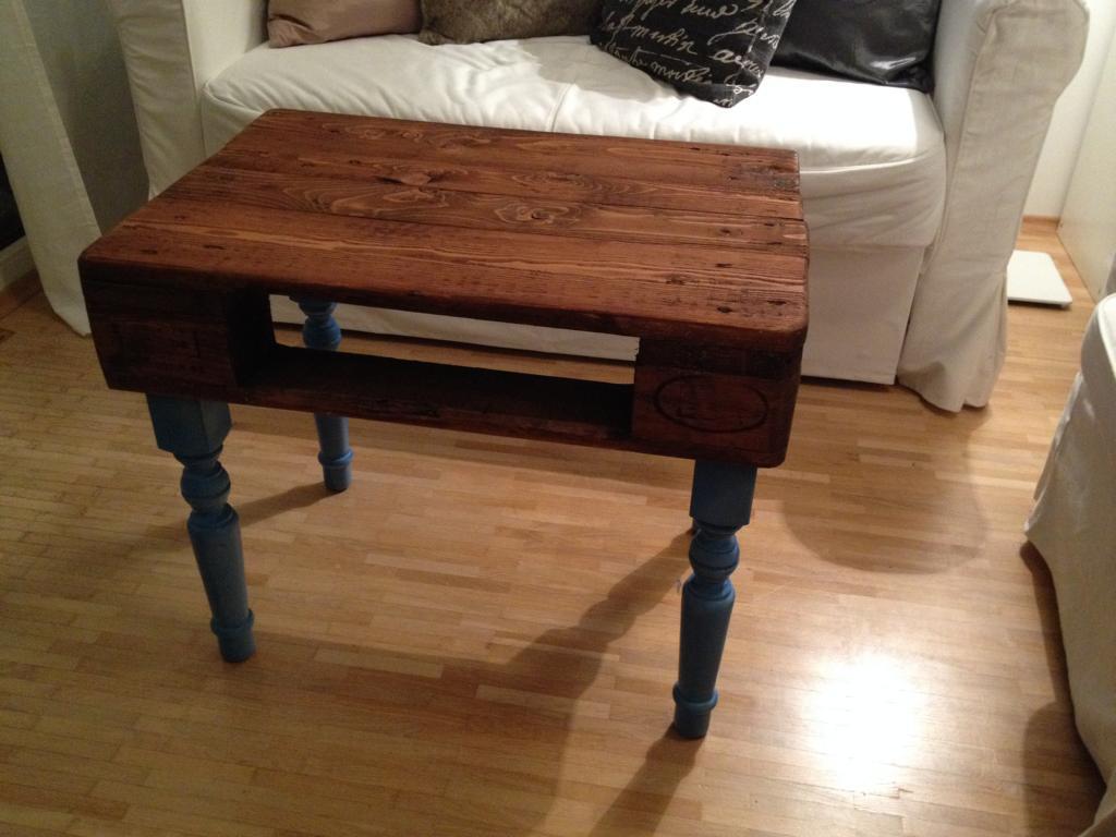 kleiner europaletten tisch mit barockbeinen hand im gl ck mein do it yourself portal. Black Bedroom Furniture Sets. Home Design Ideas