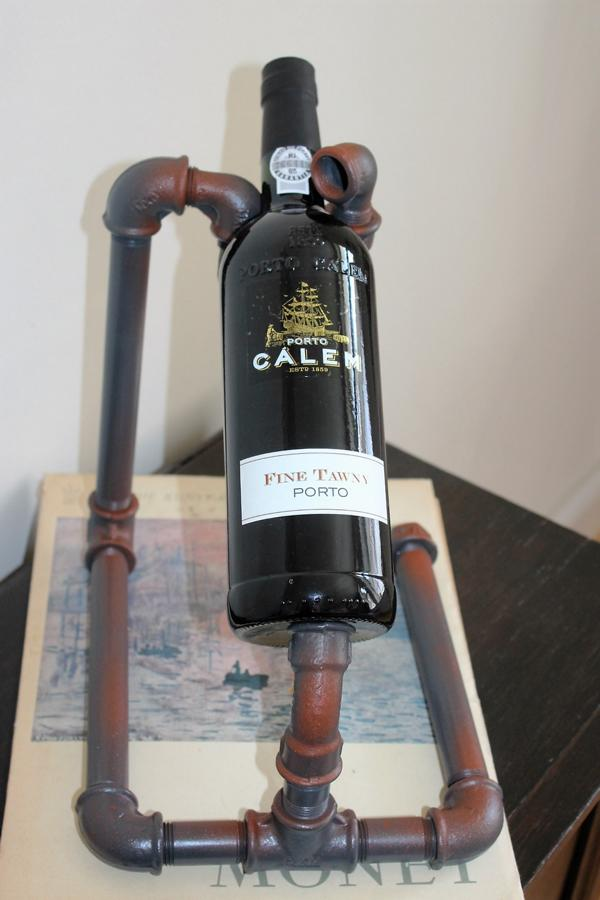Weinflaschenhalter-aus-Rohren-im-Industrial-Style-1