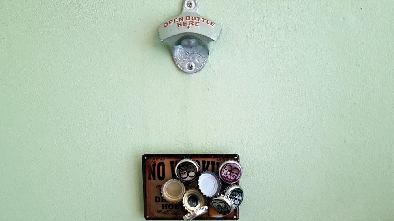 Flaschenöffner mit Kronkorkenauffänger aus Magneten