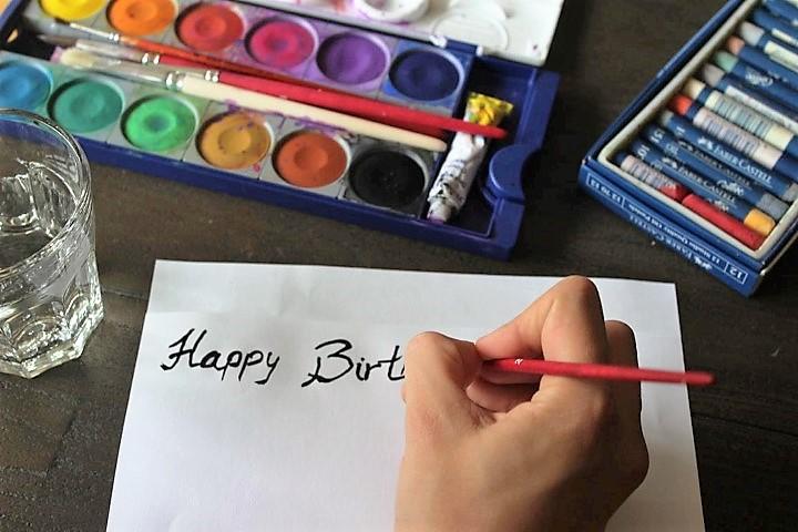 Beschriften-der-Geburtstagskarte-Hand-im-Glück