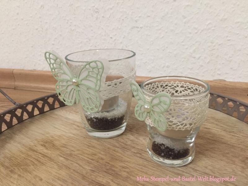 Dekoglas mit Teelicht und Dekoband mit Schmetterling