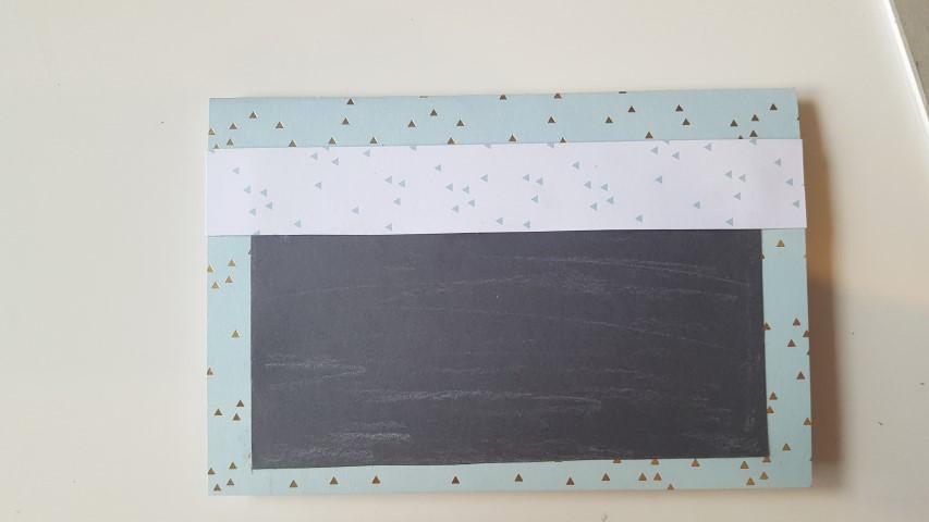 Einen-hellen-Streifen-aus-Papier-ausschneiden-und-aufkleben-Einladungskarte-Einschulung-Hand-im-Glück