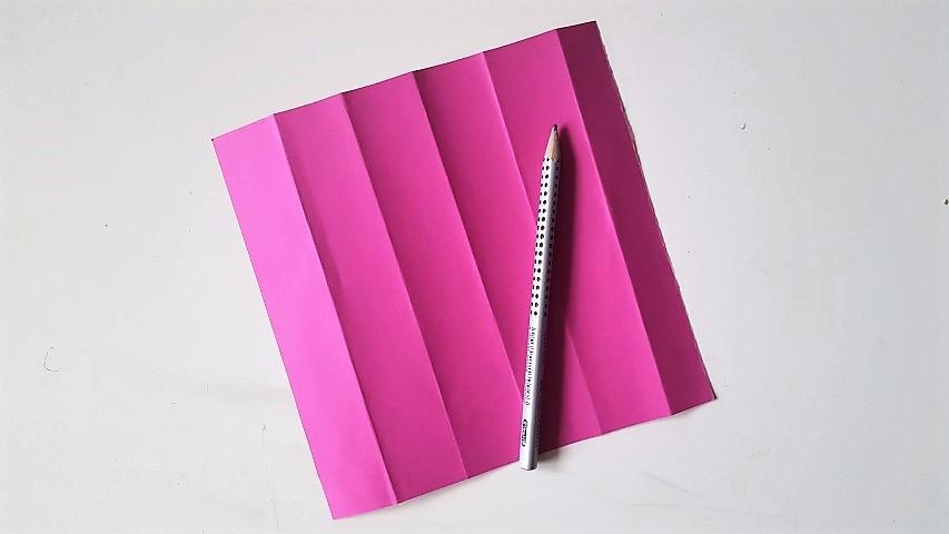 Falten-des-Papiers-Stiftgeschenkverpackung-zur-Einschulung-Hand-im-Glück