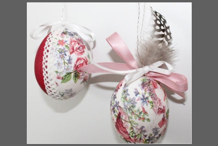 Ostereier gestaltet mit Serviettentechnik Ostereierfamilie Mama und Tante mit Grauer Hintergrund