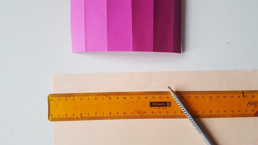 Hautfarbenes-Papier-Rechteck-aufzeichnen-und-ausschneiden-Stiftgeschenkverpackung-zur-Einschulung-Hand-im-Glück.