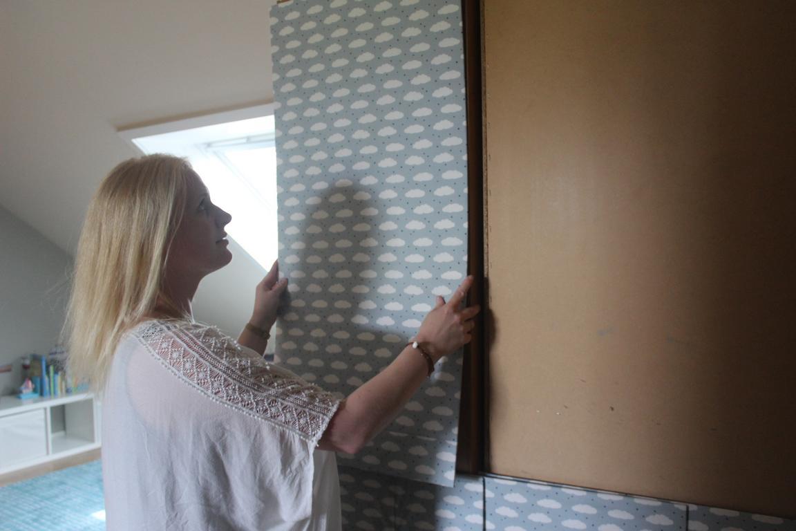 Freistehende Schrankwand mit stoffbesogenen Holzplatten verschönern Hand im Glück