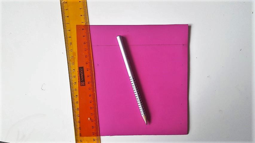 Kanten-alle-3-cm-anzeichnen-Stiftgeschenkverpackung-zur-Einschulung-Hand-im-Glück