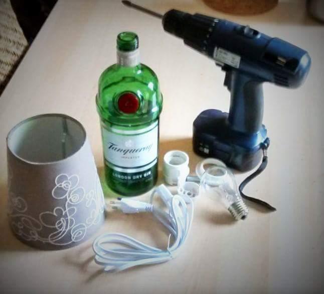 Lampe_aus_Schnapsflasche_Materialien_Upcycling_Hand-im-Glück
