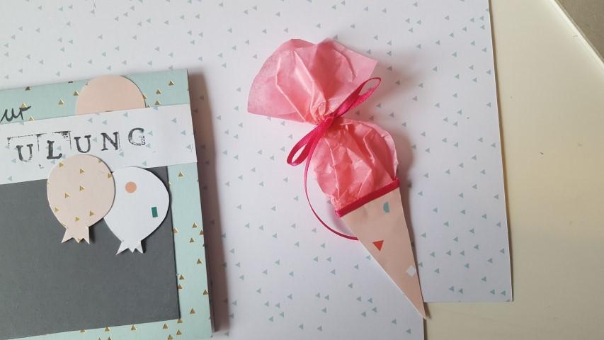 Schultute-mit-Schleifenband-dekorieren-Einladungskarte-Einschulung-Hand-im-Glück