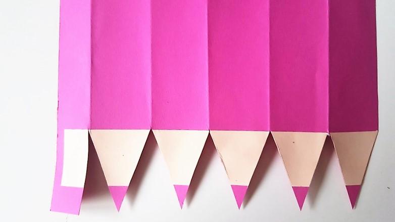 Stiftspitzen-zuschneiden-Stiftgeschenkverpackung-zur-Einschulung-Hand-im-Glück