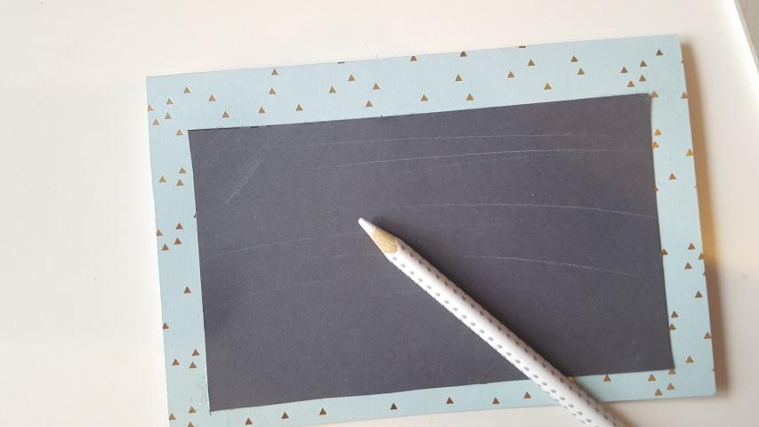 Tafeloptik-mit-weißem-Buntstift-malen-Einladungskarte-Einschulung-Hand-im-Glück