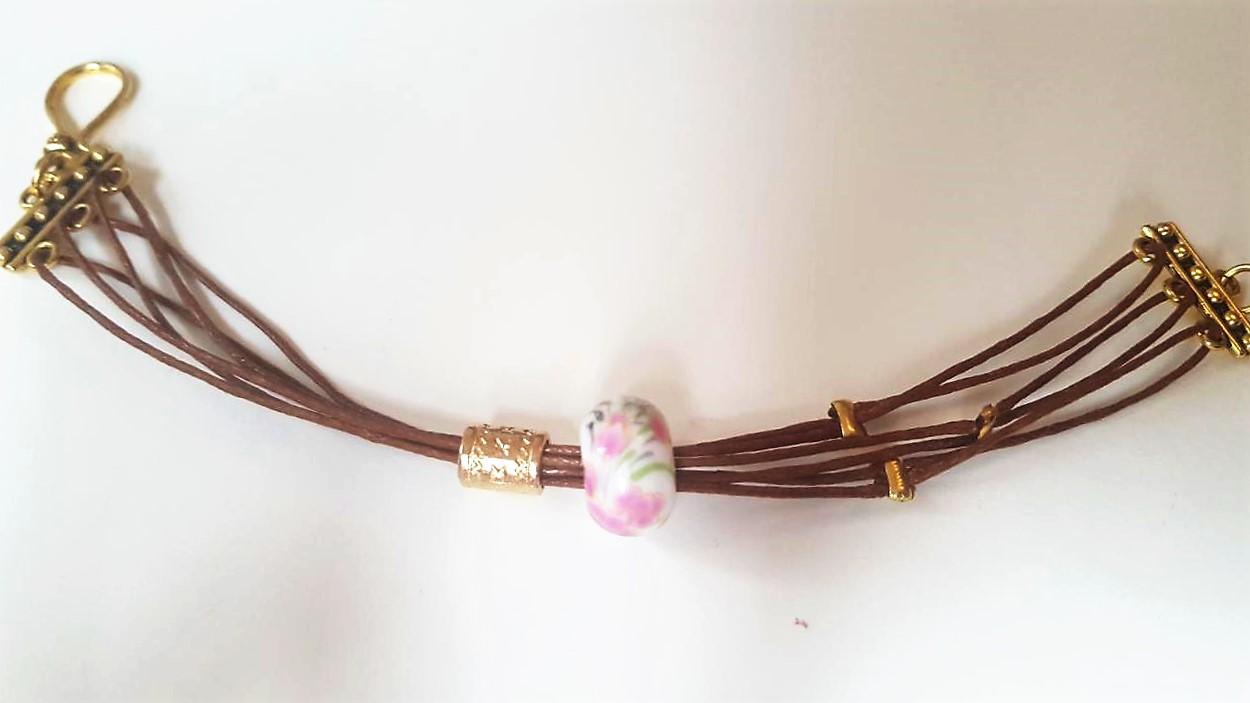 verspieltes Armband im orientalischen Stil mit goldenen Elementen und Keramikperle mit Blumenaufdruck _ HandimGlück (18)