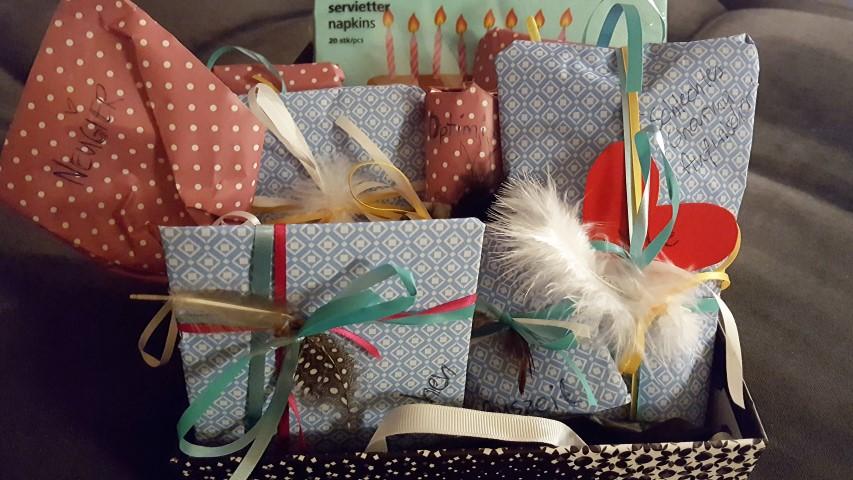 Geburtstagsrezept-induvidelles-Geschenk-zum-Geburtstag-Geschenkehaufen-Hand-im-Glück-
