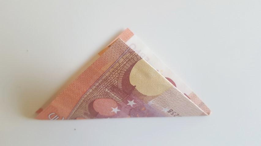 Geldschein-von-Ecke-zur-parallelen-Ecke-falten.-Geldgeschenk-Frösche-im-Glas-Hand-im-Glück.