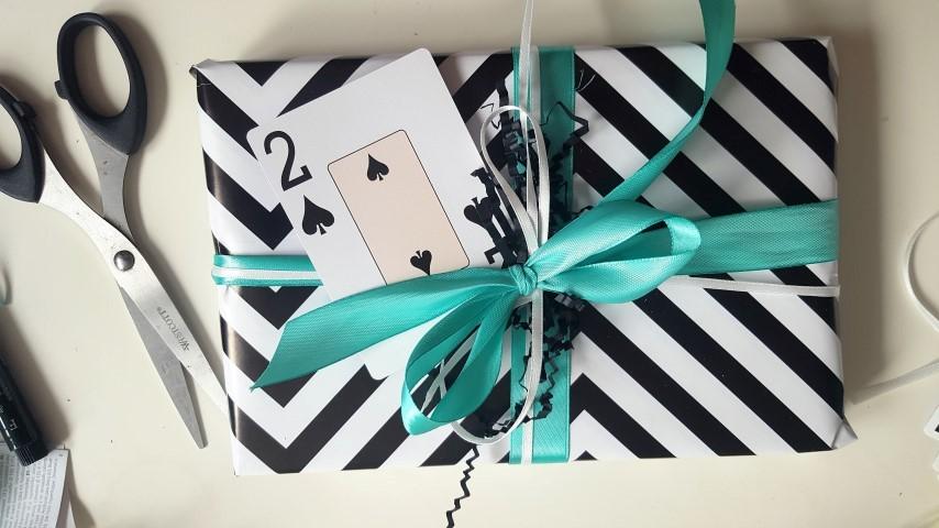 Geschenk-Spiel-des-Lebens-Mische-die-Karten-neu-Einzelgeschenk-Hand-im-Glück-Small.