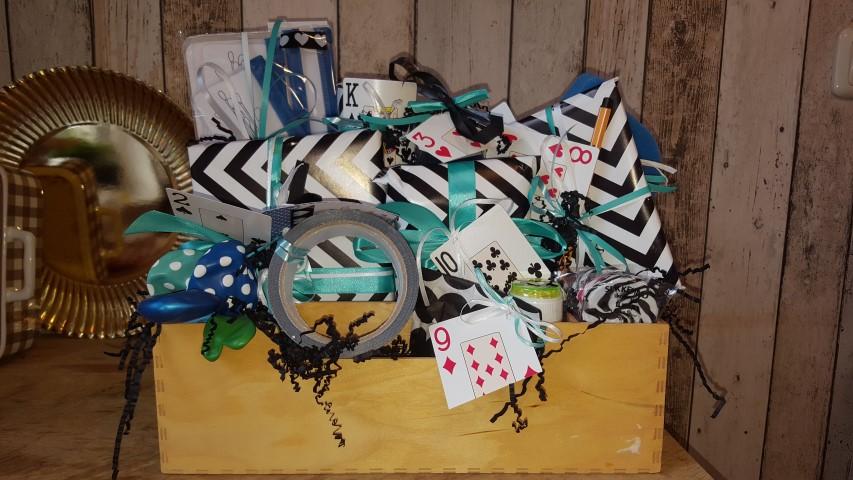 Geschenk-Spiel-des-Lebens-Mische-die-Karten-neu-Hand-im-Glück
