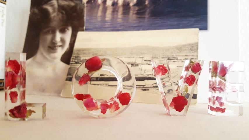 Gießharz mit getrockneten Rosenblüten selbermachen Motiv LOVE