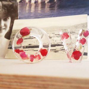 Deko auf dem Bücherregal Gießharz mit getrockneten Rosenblüten selbermachen Motiv LOVE