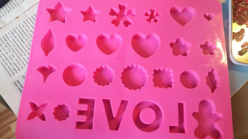 leere Gießform Gießharz mit getrockneten Rosenblüten selbermachen Motiv LOVE