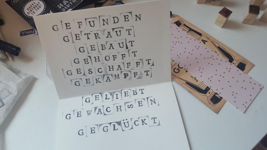 Glückwunschkarte-Goldene-Hochzeit-Spruch-in-die-Karteninnenseite-Hand-im-Glück