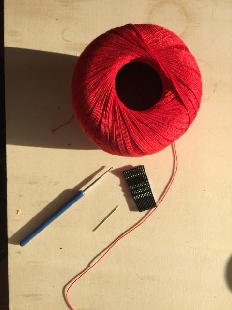 Häkelrose-Material-Wolle-und-Häkelnadel-Hand-im-Glück