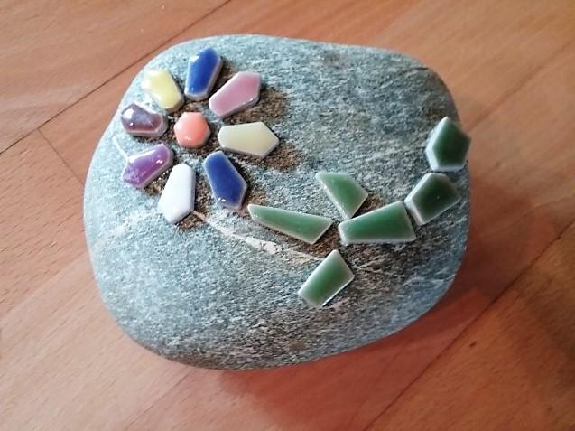 Mosaik auf Steine Hand im Glück