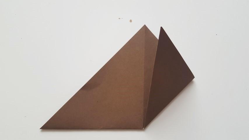 Origami Fuchs Schritt 5 Spitzen der langen Seite des Dreiecks nach oben zur spitzen Spitze des Dreicks falten Origamiblatt Hand im Glück