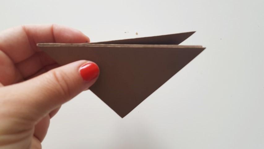 Origami Fuchs Schritt 7 die Hälfte des Blattes nach hinten umfalten Hand im Glück