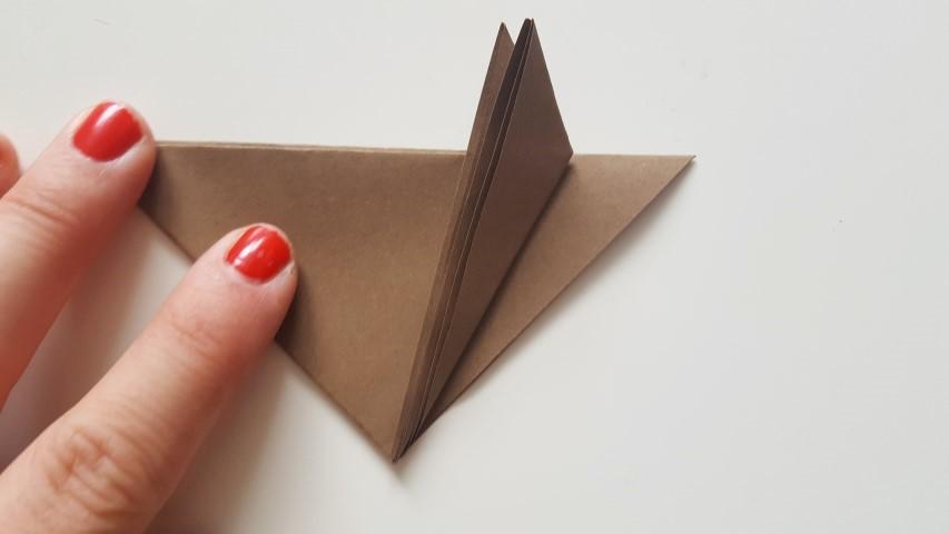 Origami Fuchs Schritt 8 Origamiblatt Spitze nach links oben falten Hand im Glück