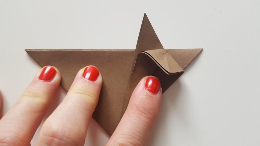 Origami Fuchs Schritt 9 die mittlere Spitze nach unten falten Hand im Glück