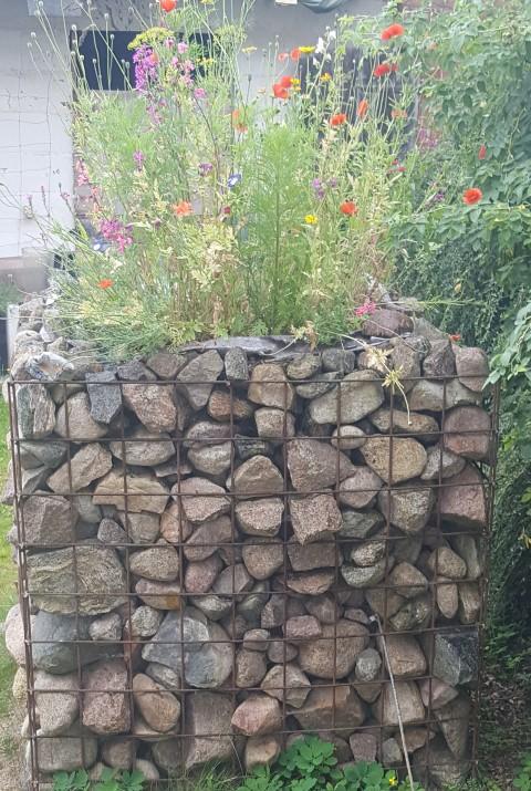 Steinlagerung für den Garten Hand im Glück