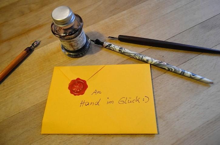 Briefumschlag falten Hand im Glück