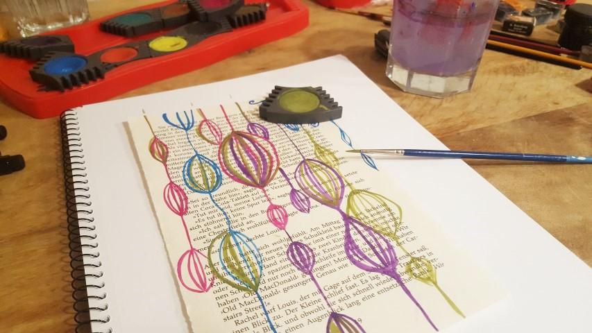 Alte Buchseiten mit Tusche und Pinsel bemalen Muster Hand im Glück