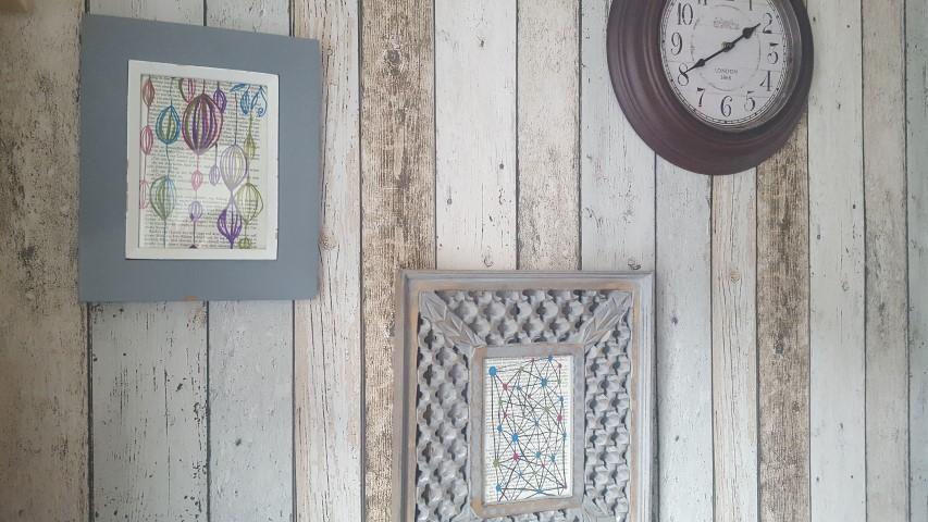 Bilder aus alten Buchseiten bemalen und an die Wand hängen
