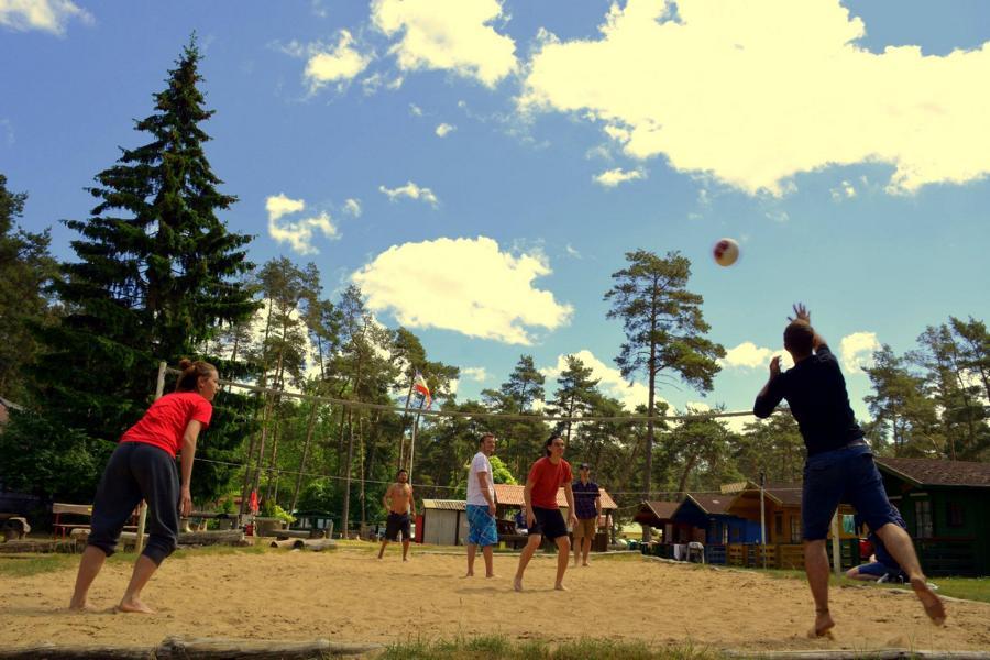 Camp_Breakout_Hand_im_Glueck_Volleyball_gemeinsam_spielen