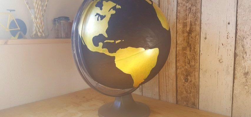 Globus in Gold und Schwarz Dekoration Hand im Glück