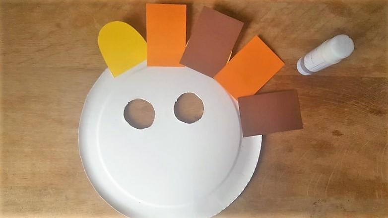 Löwen-Maske aus Pappteller Fellkranz einmal um den Pappteller kleben Hand im Glück