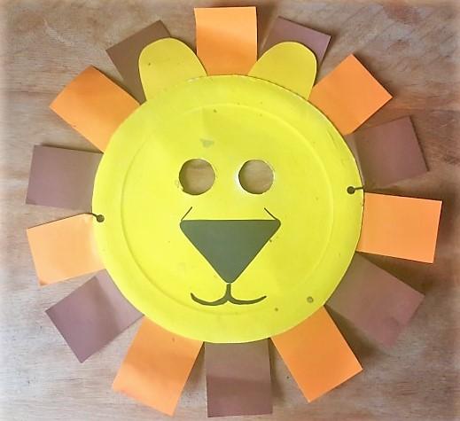 Löwen-Maske aus Pappteller Hand im Glück