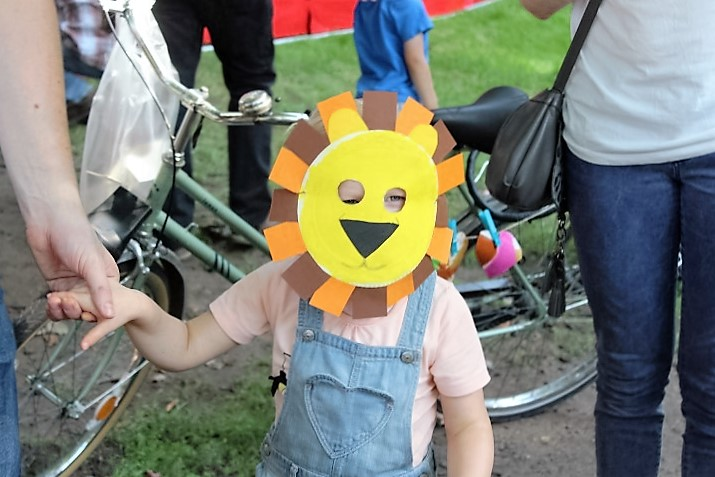 Löwen-Maske aus Pappteller Kinderfest Hammer Park Hand im Glück