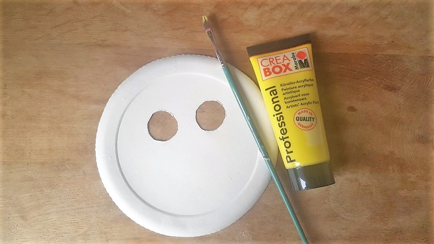 Löwen-Maske aus Pappteller Pappteller gelb anmalen Hand im Glück