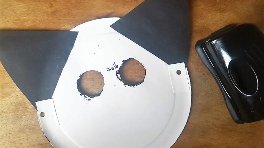 Maske-aus-Pappteller-Katze-Löcher-für-das-Gummiband-machen-Hand-im-Glück