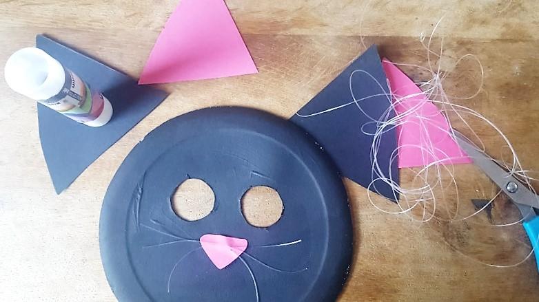 Maske-aus-Pappteller-Katze-Ohren-ankleben-Hand-im-Glück.