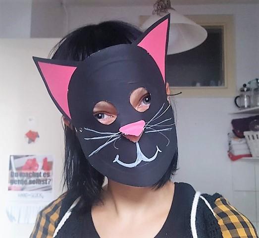 Maske-aus-Pappteller-Katze-auf-dem-Kopf-Hand-im-Glück