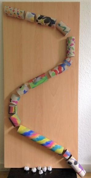 Murmelbahn für Kinder aus Papprollen Hand im Glück